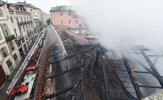 意大利世遗发生火灾 三百年古迹屋顶被烧坍塌