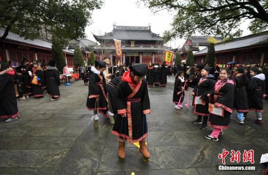 杭州市民着古装体验传统游戏迎元宵