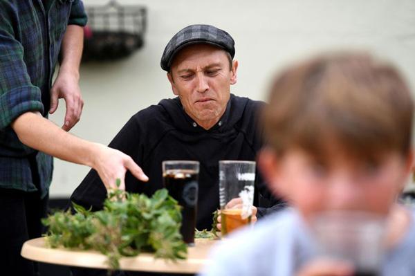 """英国一男子""""吃荨麻""""锦标赛夺冠 吃下17.6米长荨麻"""