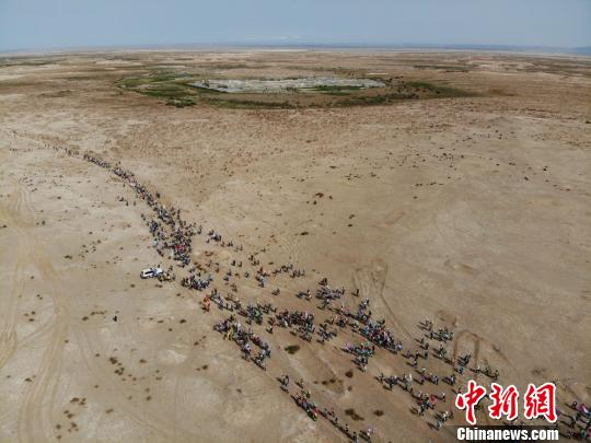 敦煌举办徒步节千人穿越玉门关等丝路戈壁景观