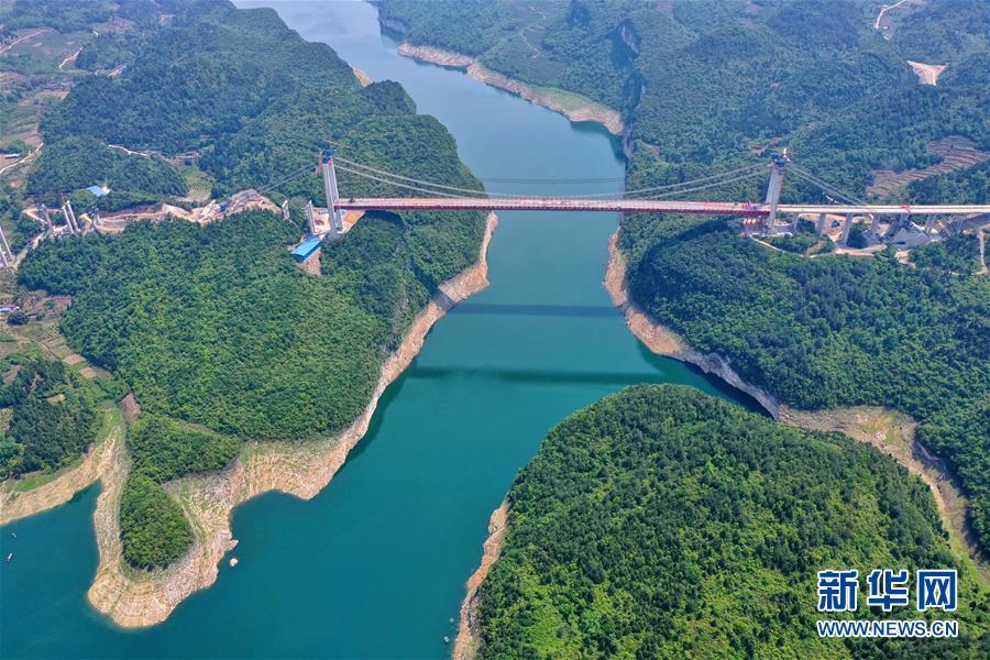 贵州遵余高速飞龙湖乌江大桥合龙