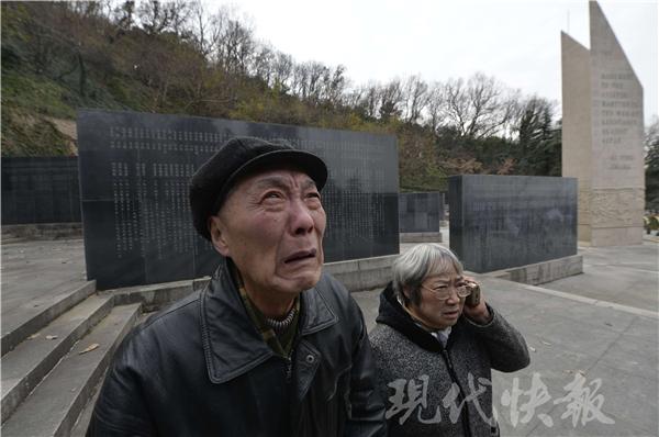 老人在纪念墙找到那个名字后哭了