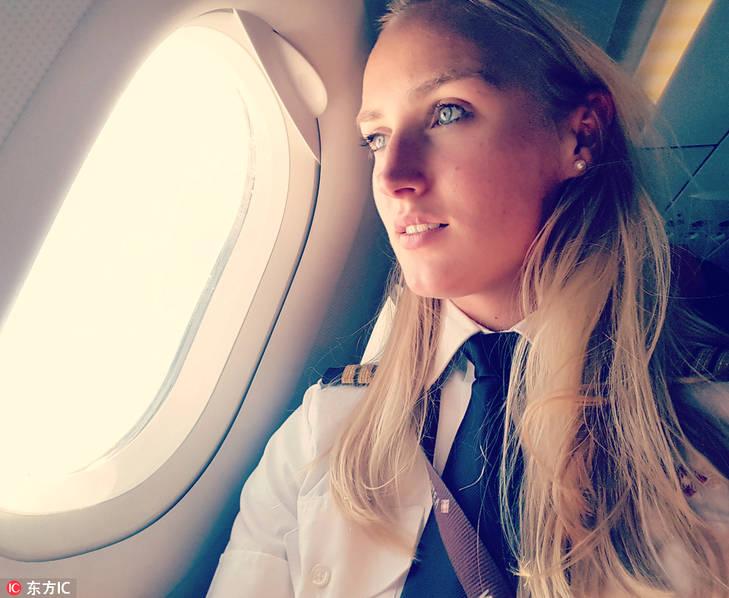 荷兰美女飞行员晒照走红 性感身材明媚笑容圈粉无数