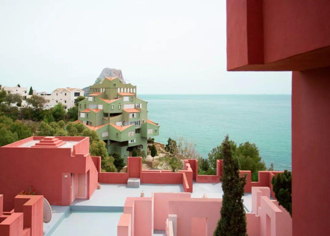 最甜办公室恋情!为女友买下地中海边的粉色城堡 10w+人排队等着打卡住