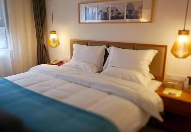 入住酒店后会先打开房间所有灯 然后冲马桶
